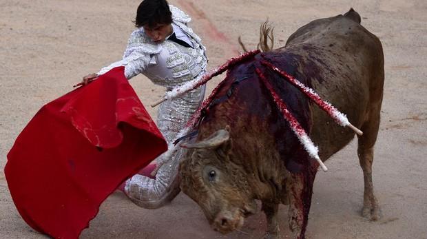Roca Rey torea de rodillas al quinto toro