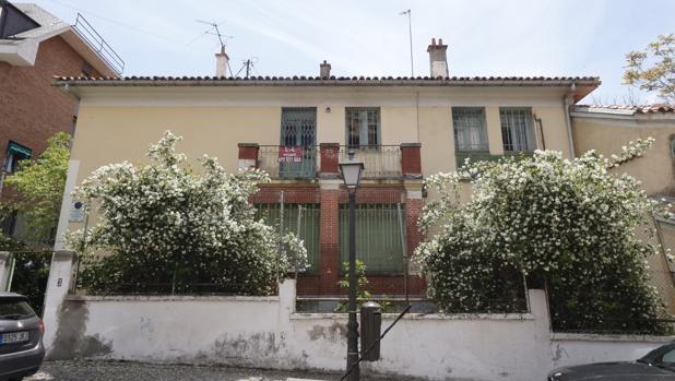 Estado en el que se encuentra la que fuera casa de Vicente Aleixandre en Madrid, con el cartel de «Se vende»
