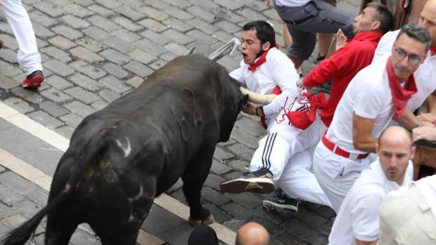 Este joven ha sido alcanzado por el toro cerca de la axila izquierda