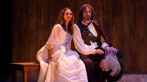 Ana Ruiz y José Luis Gil, en una escena de «Cyrano de Bergerac»