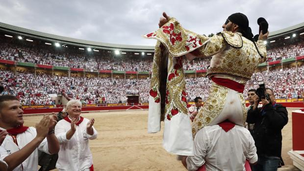 Salida a hombros de Juan José Padilla con la plaza de Pamplona abarrrotada