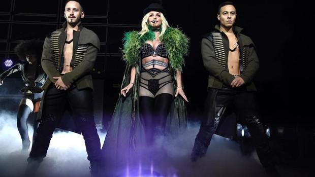 Falla brasier de Britney Spers durante concierto y deja ver sus senos