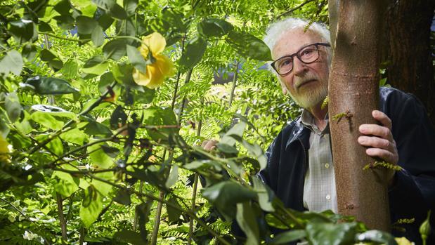 Eduardo Martínez de Pisón en el jardín de su casa