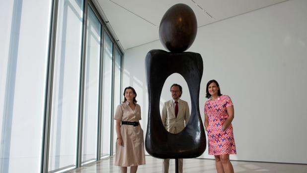 La directora ejecutiva del Centro Botín, Fátima Sánchez; el nieto del artista y responsable de la Sucesión Miró, Joan Punyet Miró, y la alcaldesa de Santander, Gema Igual, junto a una obra del artista