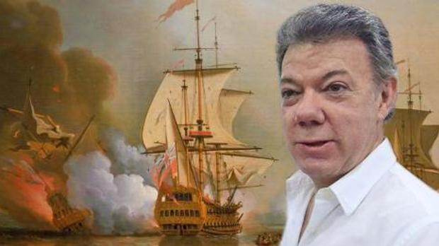 El presidente colombiano, Juan Manuel Santos, junto al galeón de San José