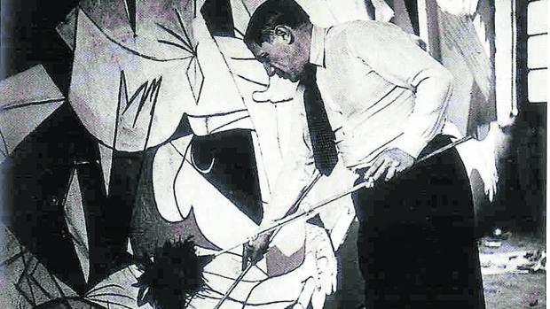 Piccaso, pintando el «Guernica»
