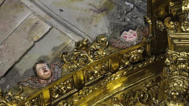 A la derecha, la cara del ángel que fue incorporada durante la restauración y a la izquierda una pieza similar a la que había a la derecha y que se perdió