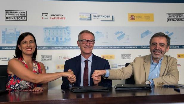 La alcaldesa de Santander, Gema Igual, el ministro de Cultura, José Guiraoy el director del Museo Reina Sofía, Manuel Borja-Villel durante la firma del convenio
