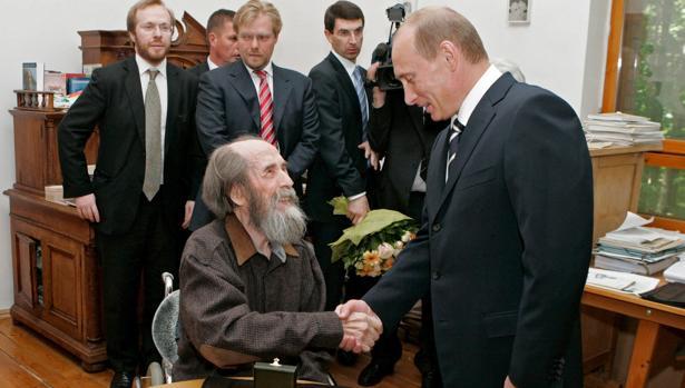 El Vladimir Putin de 2007 estrecha la mano al defensor de los derechos humanos Solzhenitsyn, a quien hizo entrega del Premio de Estado