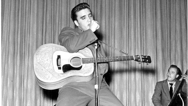 Elvis Presley, durante una actuación de los años 50