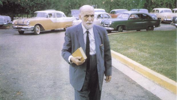 Juan Ramón Jiménez dirigiéndose a la Sala Zenobia, en Puerto Rico, el día 3 de Octubre de 1957