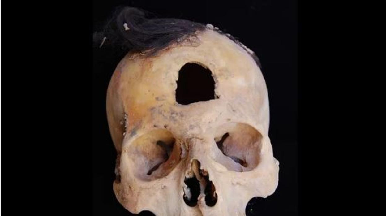 Hallan 60 momias y seis cabezas trofeo prehispánicas en Perú