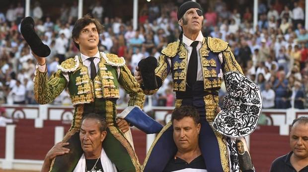 Juan José Padilla y Andrés Roca Rey salen a hombros