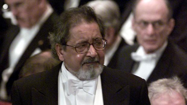 V.S. Naipaul, momentos antes de recibir el Nobel de Literatura de 2001