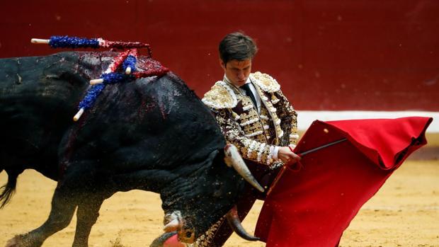 El Juli se dobla con el toro