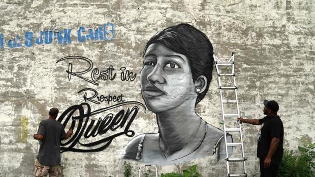 Un hombre dibuja sobre el muro un homenaje a Aretha Franklin con las palabras «Descansa en el Respeto Reina»