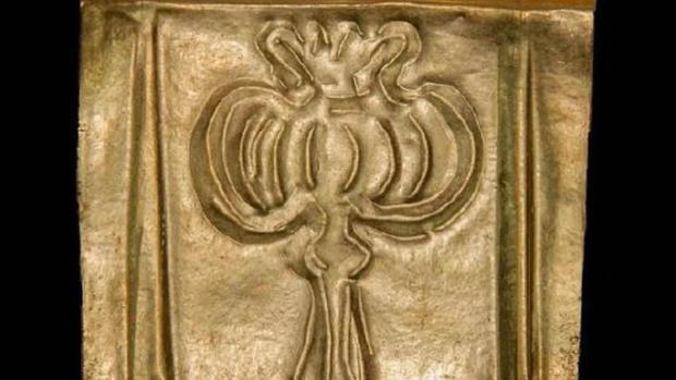 Placa de oro con una flor de opio
