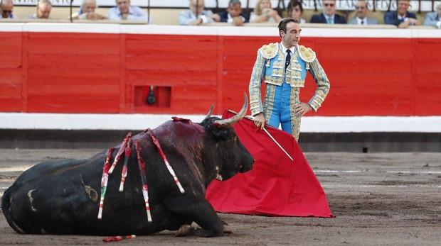 Enrique Ponce, ante un toro inválido