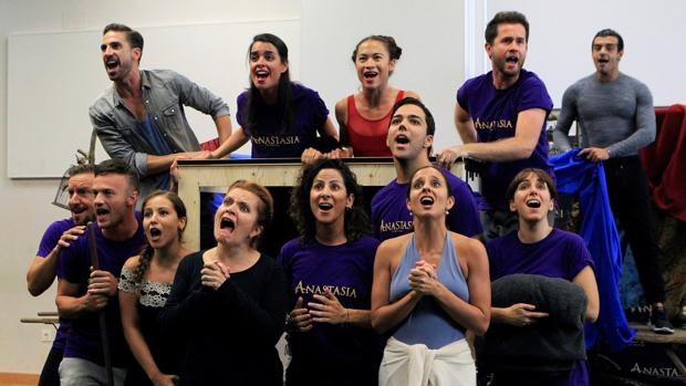 Varios intérpretes durante la presentación del musical de Broadway «Anastasia»