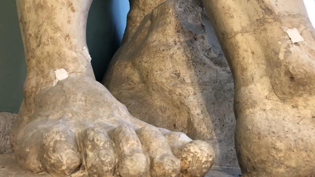 Se aprecian las grietas causadas en los tobillos de la escultura del Hércules Farnese