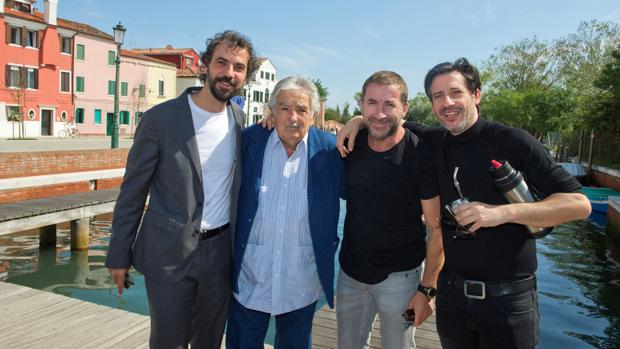 José Mujica, con el director Álvaro Brechner (i) y los actores Antonio de la Torre y Alfonso Tort