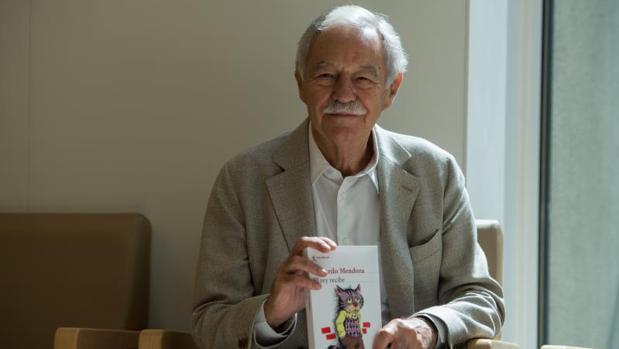Eduardo Mendoza sostiene su nueva obra: «El rey recibe»