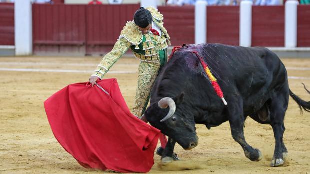 Emilio de Justo, en un sentido y ceñido derechazo al estupendo sobrero del Pilar