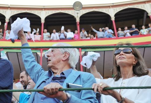 Isabel Preysler y Mario Vargas Llosa piden la oreja