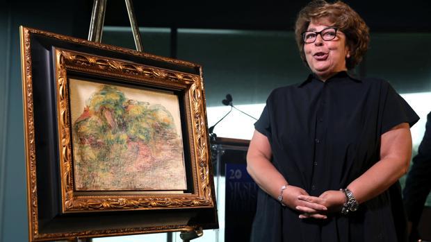 Sylvie Sulitzer, fotografiada con la obra de Renoir que los nazis robaron a sus abuelos
