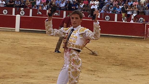 Diego Carretera pasea las dos orejas del tercero