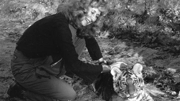 Sy Montgomery con un cachorro de tigre