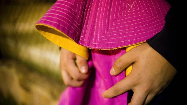Un niño catalán sostiene un capote entre las manos