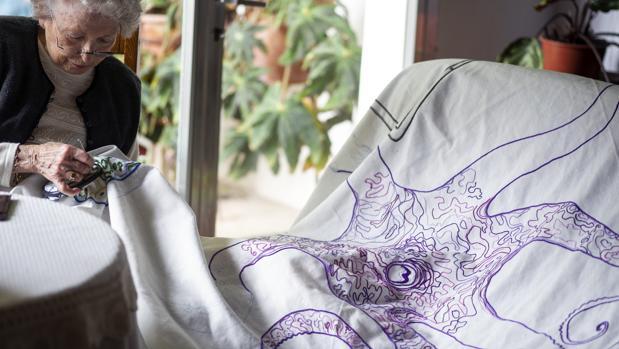 Francisca Artigues, bordando dibujos de su hijo
