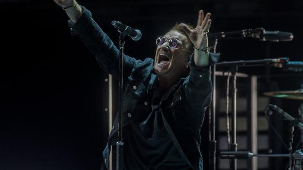 Bono, durante un momento de la actuación de U2 en Madrid