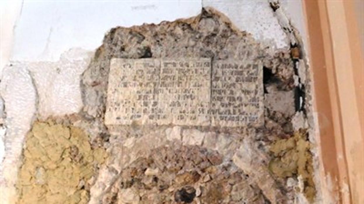 Hallan una inscripción gótica durante la restauración de una iglesia de Cuenca