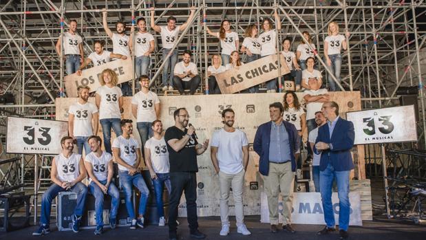 El creador, los productores y el elenco de «33 el musical»