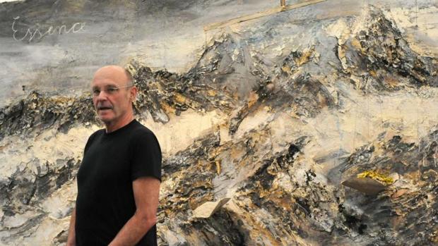 Anselm Kiefer delante de su pintura «Essence»