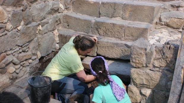 Escaleras de acceso al patio relacionado con los baños de purificación en Magdala