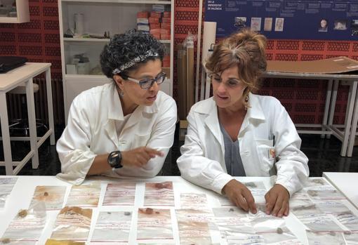 Marcela Zapata (izda), analizando los materiales hallados en Magdala