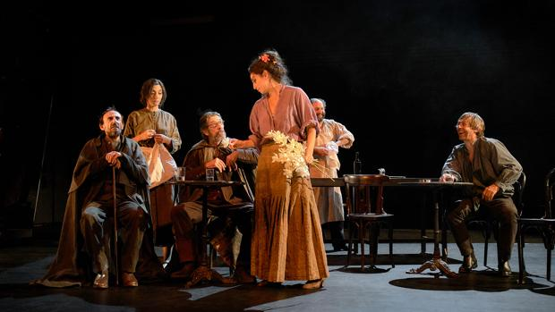Una escena de «Luces de bohemia», con Juan Codina, Chema Adeva y Paula Iwasaki en primer término
