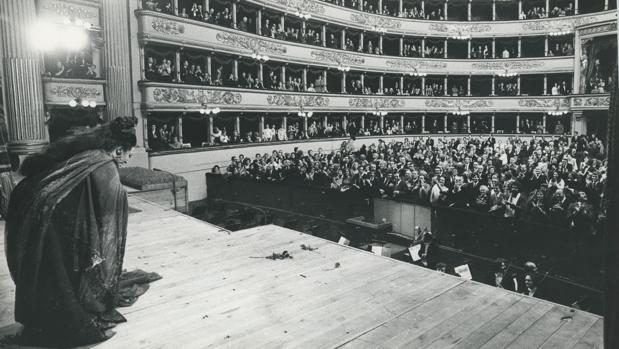 Montserrat Caballé recibe la ovación del público de la Scala tras su interpretación de «Norma»