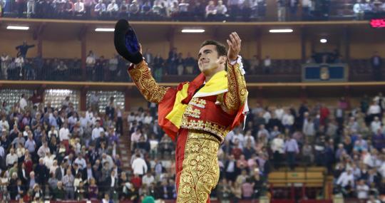 El Fandi da la vuelta al ruedo envuelto en la bandera de España