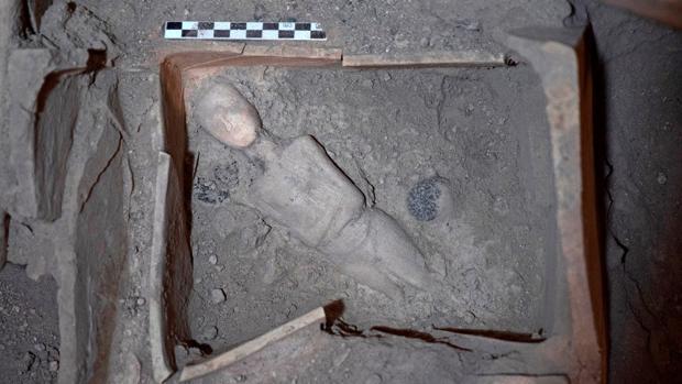 La figura de mármol con forma de mujer encontrada en el yacimiento de Akrotiri, en la isla griega de Santorini