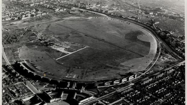 Vista aérea del aeropuerto berlinés de Tempelhof, donde el régimen nazi instaló uno de sus primeros campos de concentración