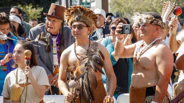 Celebración del Día de los Pueblos Indígenas en Los Ángeles, donde se ha abolido el Día de Colón