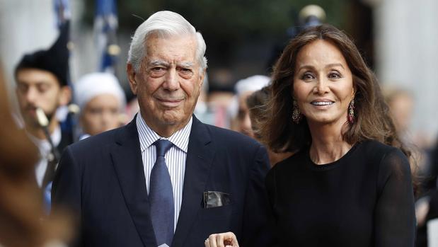 Vargas lLosa, junto a Isabel Preysler en la ceremonia de entrega de los premios Príncesa de Asturias