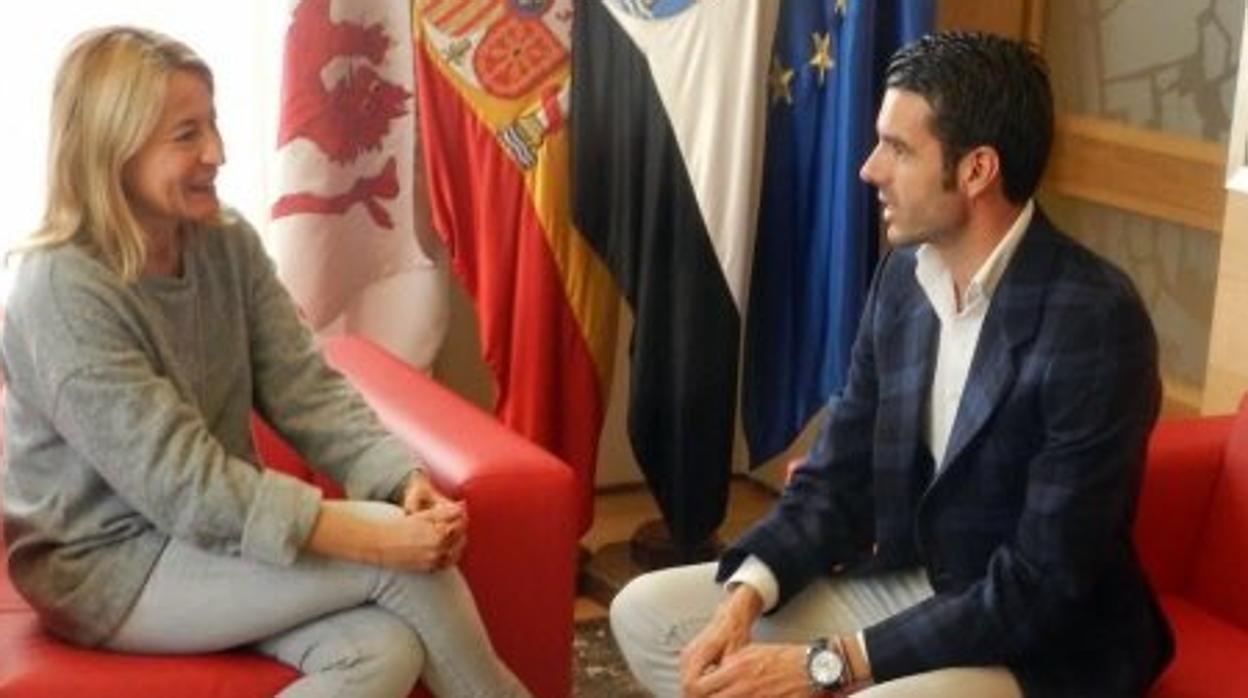 La alcaldesa de Cáceres, «orgullosa» de contar con un torero como Emilio de Justo