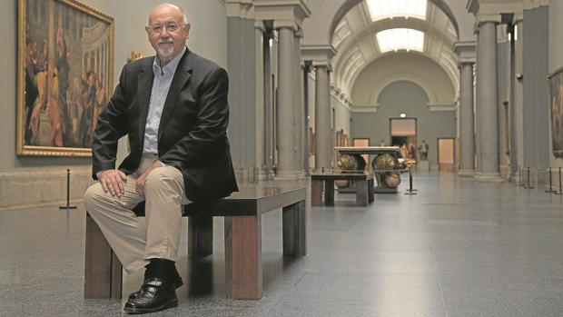 Juan Eslava Galán, sentado en la galería central del Museo del Prado
