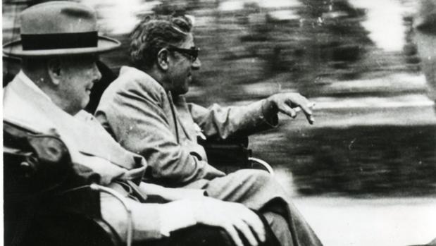 Winston Churchill y Aristóteles Onassis, fotografiados en una calesa en las calles de Sevilla