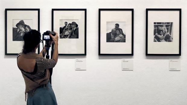 Una visitante fotografía algunas de las instantáneas de Lee Miller